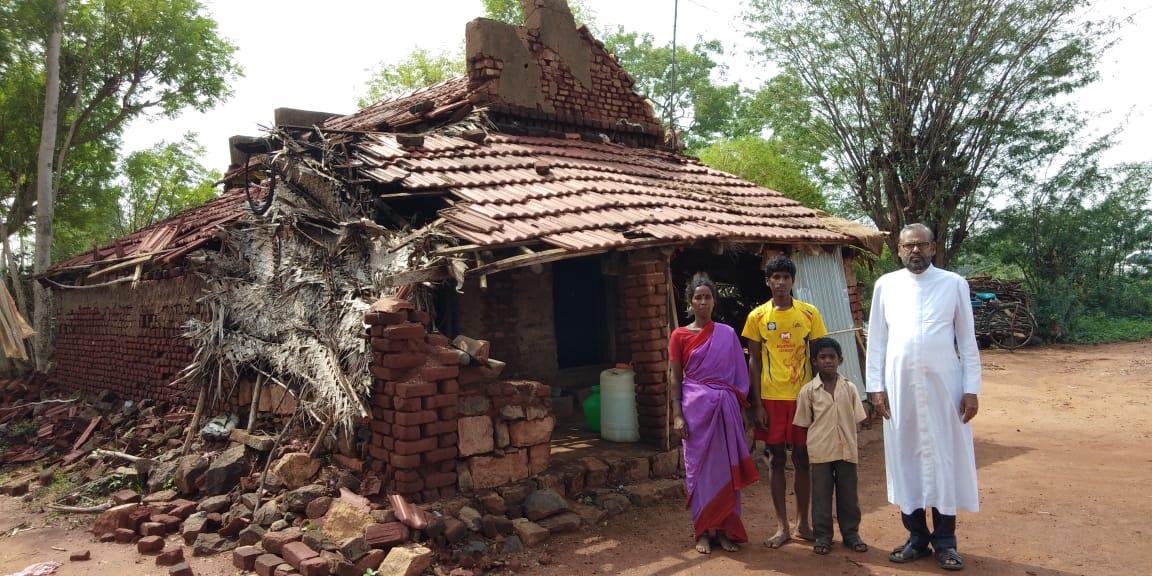 Der Zyklon Hinterlässt Eingestürzte Häuser In Den Dörfern