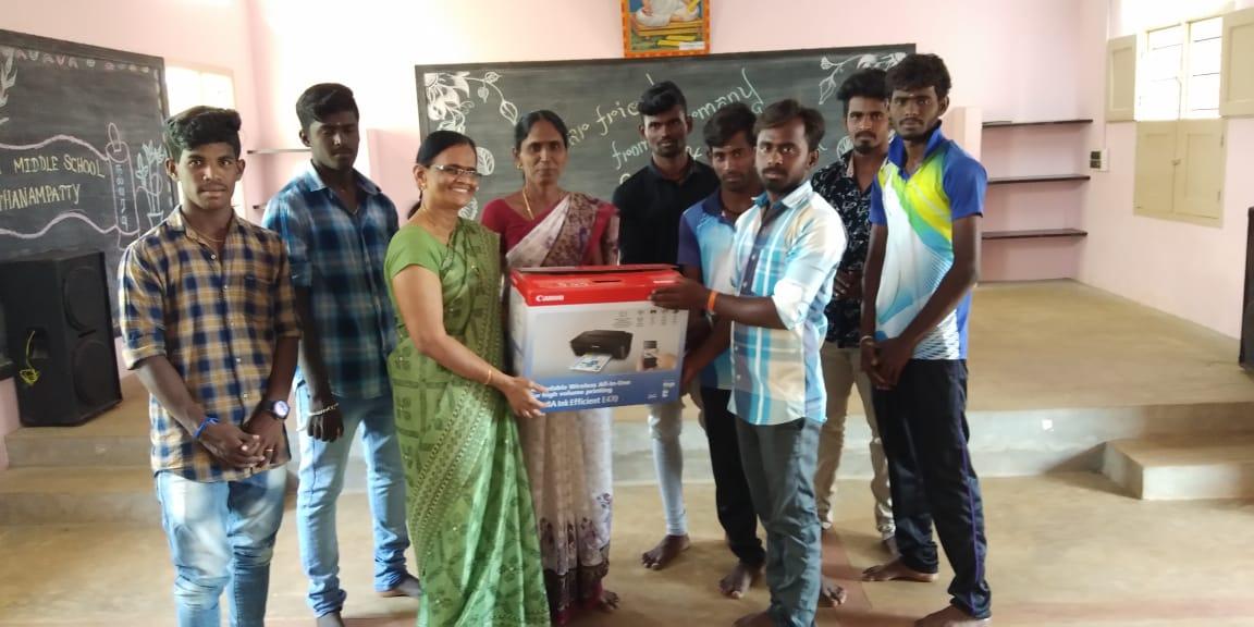 Die Jugendlichen Der Dörfer Spenden Ein Kopiergerät